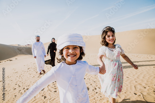 Fotografia Happy family spending a wonderful day in the desert making a picnic