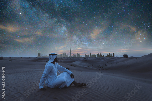 Photo Arabic man with kandura walking in the desert at sunset time