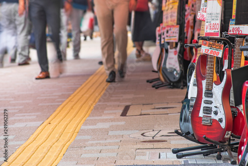 In de dag Muziekwinkel Ochanomizu district in Tokyo close to Meiji University whose main street known as Guitar Street, which is lined on both sides with guitar shops, violin shops or saxophone shops.