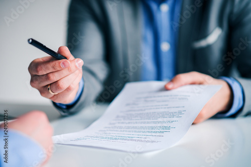 Fotografía  Businessman offering pen to other businessman for signing contract or document