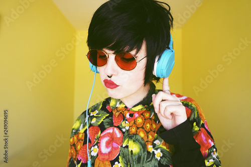 Magasin de musique Cool androgynous dj woman in vibrant colors