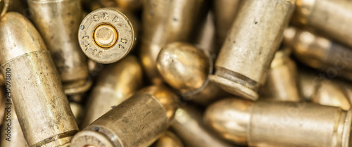 Foto Top close-up macro view of large group of gun bullets