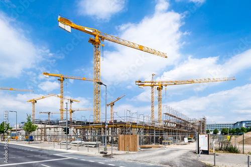 Photo Großbaustelle mit Kränen als Bauprojekt der Zukunft