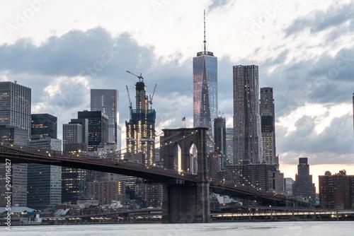Cuadros en Lienzo Brooklyn Bridge with the Iconic New York City Skyline