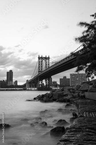Fotografía Manhattan Bridge in New York City Long exposure
