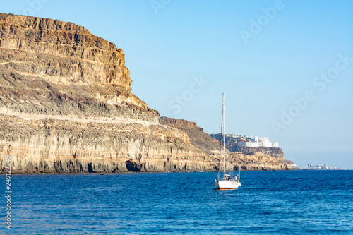 Fotografia  Winter sun travel destination, ocean coastline with rocks near Puerto Mogan, Gra
