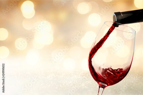 La pose en embrasure Alcool Red wine glass on background