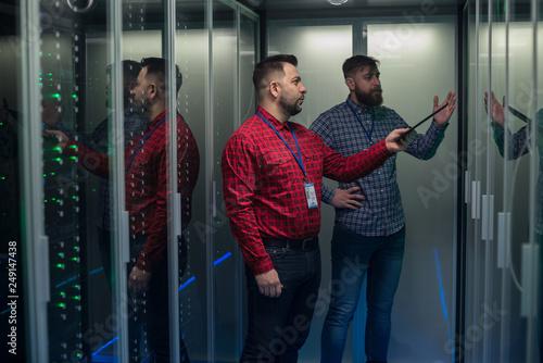 Fotografía  Coworking adult men diagnosing server hardware