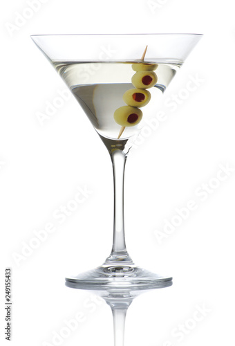 Fotomural  Classic dry martini with olives isolated on white background