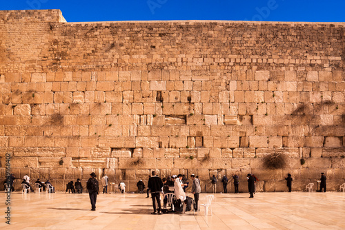 Fotoposter Oude gebouw Pilgrims visiting the Wailing Wall in Jerusalem, Israel, Middle East