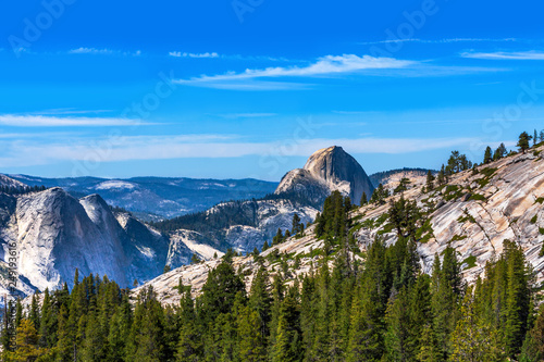 Photo  Olmsted Point Overlook at Half Dome in the Background of Yosemite National Park