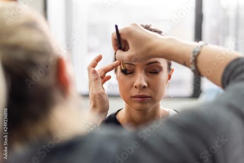 Photo  Makeup artist applying eyeshadow onto model