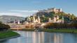 Panorama von Salzburg zur blauen Stunde im Herbst, Österreich