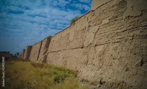 Fotografia Wall of partially restored Babylon ruins at Hillah, Iraq