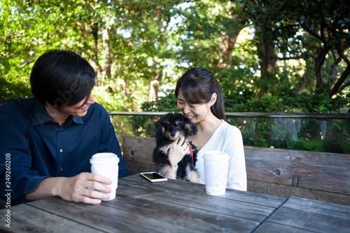 Fotografie, Obraz  楽しそうにカフェのテラスでくつろぐカップルと飼い犬