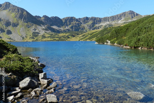 Aluminium Prints Blue piękny górski krajobraz, staw