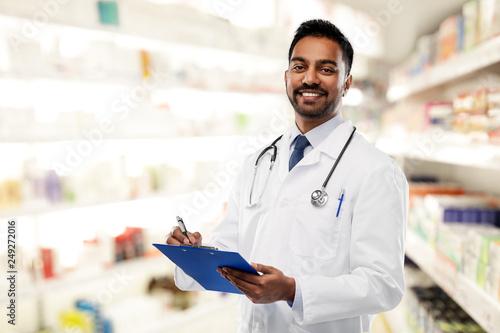 Carta da parati  medicine, pharmacy and healthcare concept - smiling indian male doctor or pharma