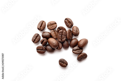 Poster Café en grains Roasted coffee beans isolated on white background. Close-up.