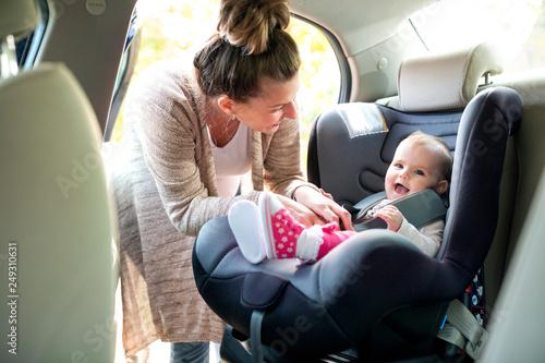 Fotomural Cute baby in infant car seat