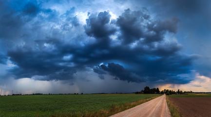 Panoramiczny obraz burzowych chmur w lecie