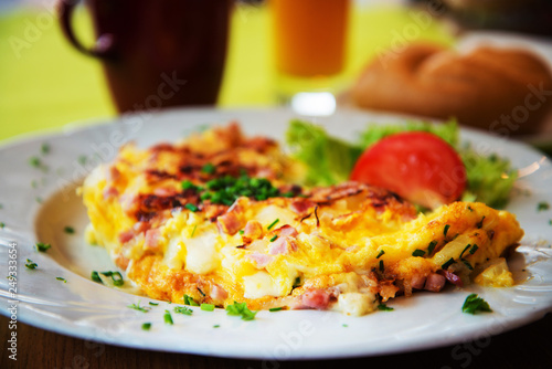 Fotografía  omelet with ham tomato and green salad