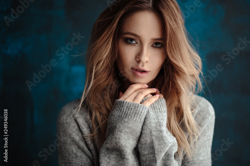 Portrait of sweet young blonde woman in artistic mood, fashion and beauty, casua Fototapet