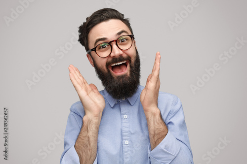 Photo Excited hipster clapping hands