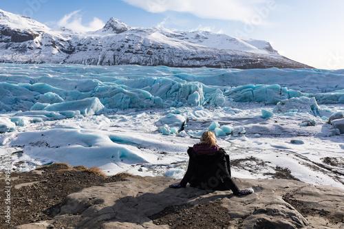 Fotografie, Obraz  Frau genießt Ausblick auf Gletscher