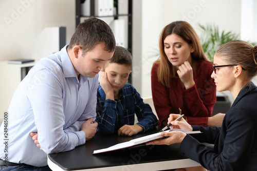 Fotografía  Divorced parents with their son visiting lawyer