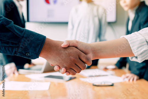 Photo Entrepreneurs team collaborating deal shaking hands in a modern office