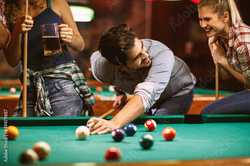 Foto handsome smiling man playing billiard game.