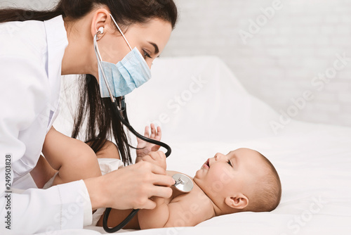 Fotografia Pediatrician examining lungs of baby with stethoscope