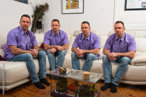 Photo les quatres clones aux chemises mauves