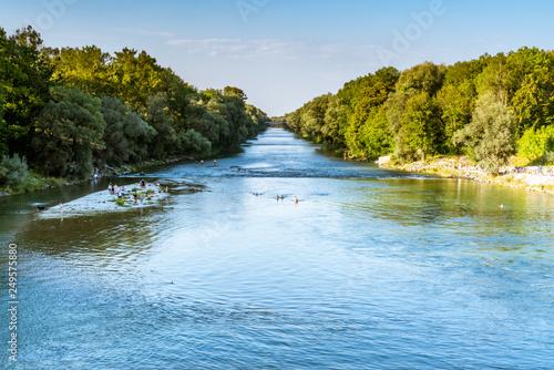 Fotografía  Badevergnügen in der Isar in Oberföhring bei München