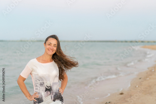 Photo  Portrait of a cheerful middle aged woman standing at the sea