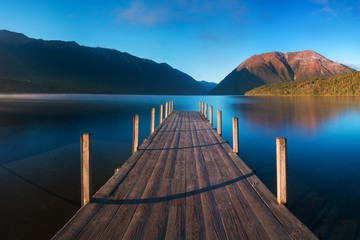 Panel Szklany Molo Romantic wharf on Lake Rotoiti, view overlooking misty Saint Arnaud Ridge, all part of Nelson Lakes National Park in north od South Island of New Zealand Beautiful pier on sunrise