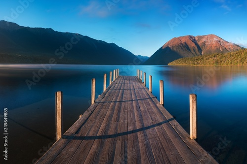Photo Romantic wharf on Lake Rotoiti, view overlooking misty Saint Arnaud Ridge, all p