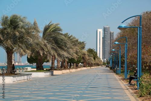 In de dag Corniche embankment in Abu Dhabi, United Arab Emirates