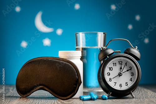 Obraz na płótnie Mask, pills and alarm clock