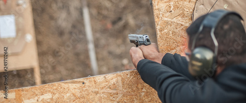 Fotografía  Advanced outdoor tactical shooting on target around barrier and wall