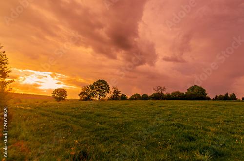 Foto  Landschaft, Wiese, Feld, dramatischer Himmel