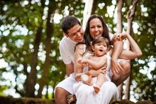 Família Brincando Juntos No Parque
