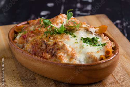 Fotografiet tasty delicious penne rigate pasta in rustic bowl