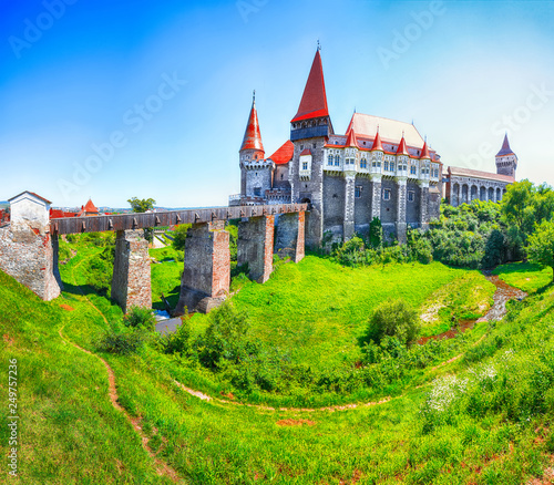 Plakat Piękna panorama zamku Hunyad / Corvin's Castle z drewnianym mostem