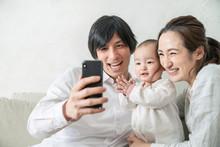 自撮りする家族