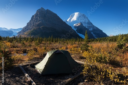 Poster Nouvelle Zélande Tent in camp before Panoramic Landscape Snowy Mountain Robson Park Canadian Rocky Mountains. Majestic Mount Robson Provincial Park British Columbia Canada
