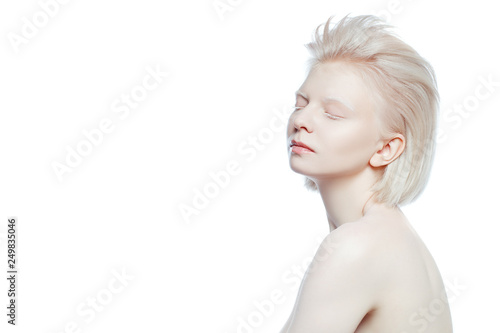 Photo beautiful albino girl on white background