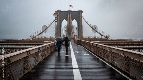 Foto auf Gartenposter Brooklyn Bridge Rain on Brooklyn Bridge