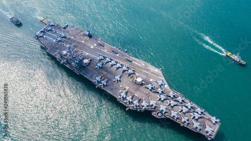 Foto  Navy Nuclear Aircraft carrier, Military navy ship carrier full loading fighter jet aircraft, Aerial view