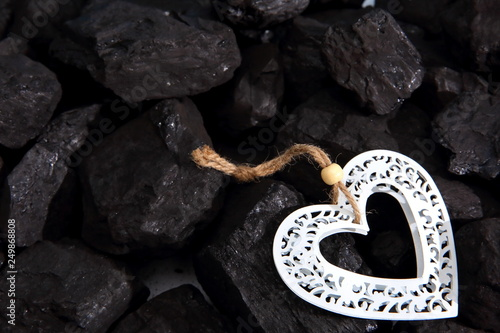 Photo  Decorative heart lying on a pile of black coal.